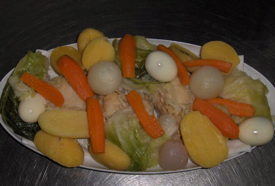 Morue de Noël cuit avec des légumes, recette portugaise