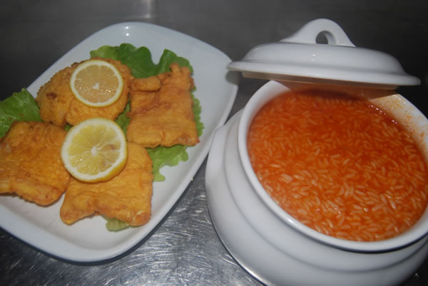 Filets de merlu au riz à la tomate