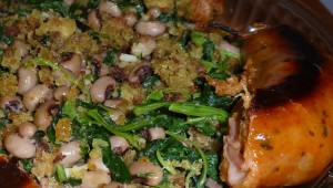 Migas de pain de maïs avec verts de navet et le niébé