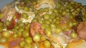 Pois au chorizo, bacon et des œufs pochés