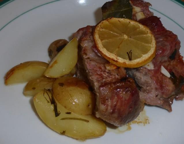 Rôti de porc aux pommes de terre et sauce au citron