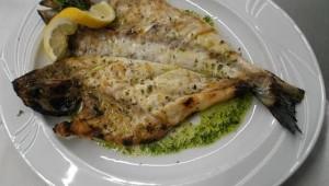 Daurade grillée avec sauce verte et citron