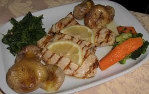Filet de porc grillée avec pommes de terre et légumes