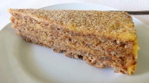 Gâteau de noix fourrée au miel et au crème d´oeufs