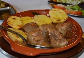 Ragoût de sanglier avec des pommes de terre grillées