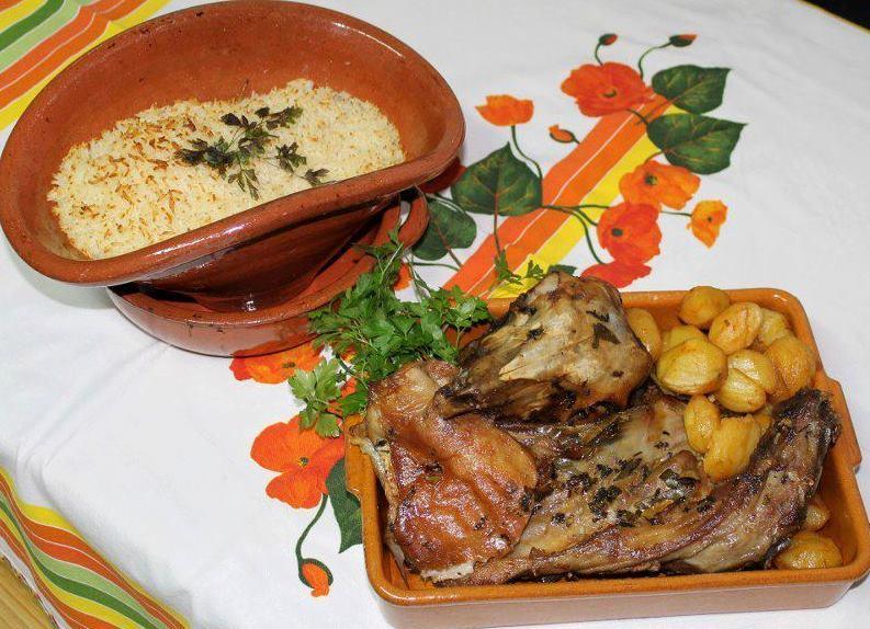 Cabri rôti au four avec pommes de terre et riz sec