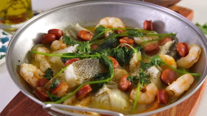 Cataplana de morue, crevettes et saucisse