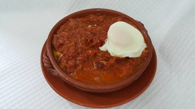 Soupe aux tomates, morue et œufs pochés